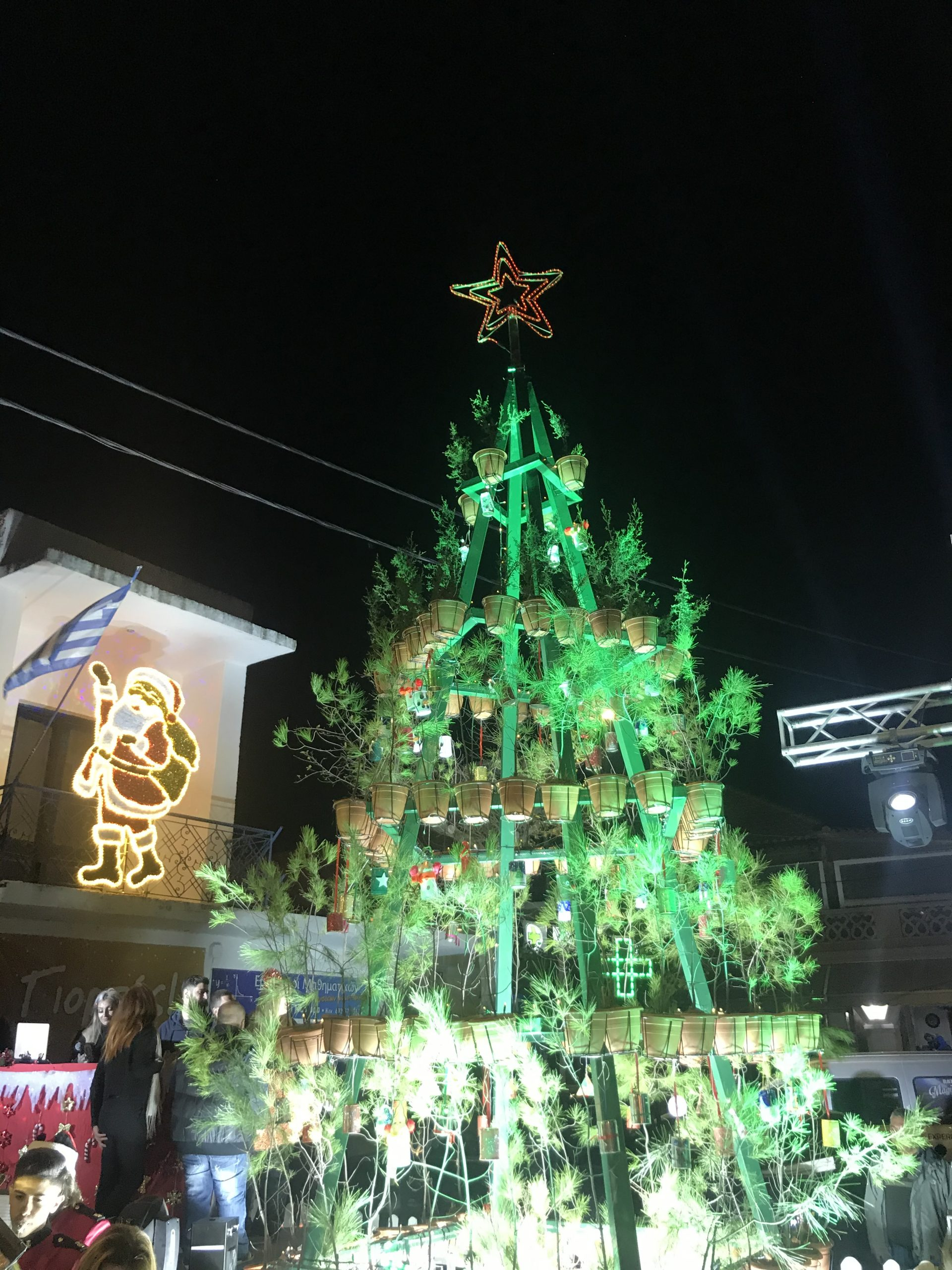 A Different Christmas Tree / Ένα διαφορετικό Χριστουγεννιάτικο Δέντρο